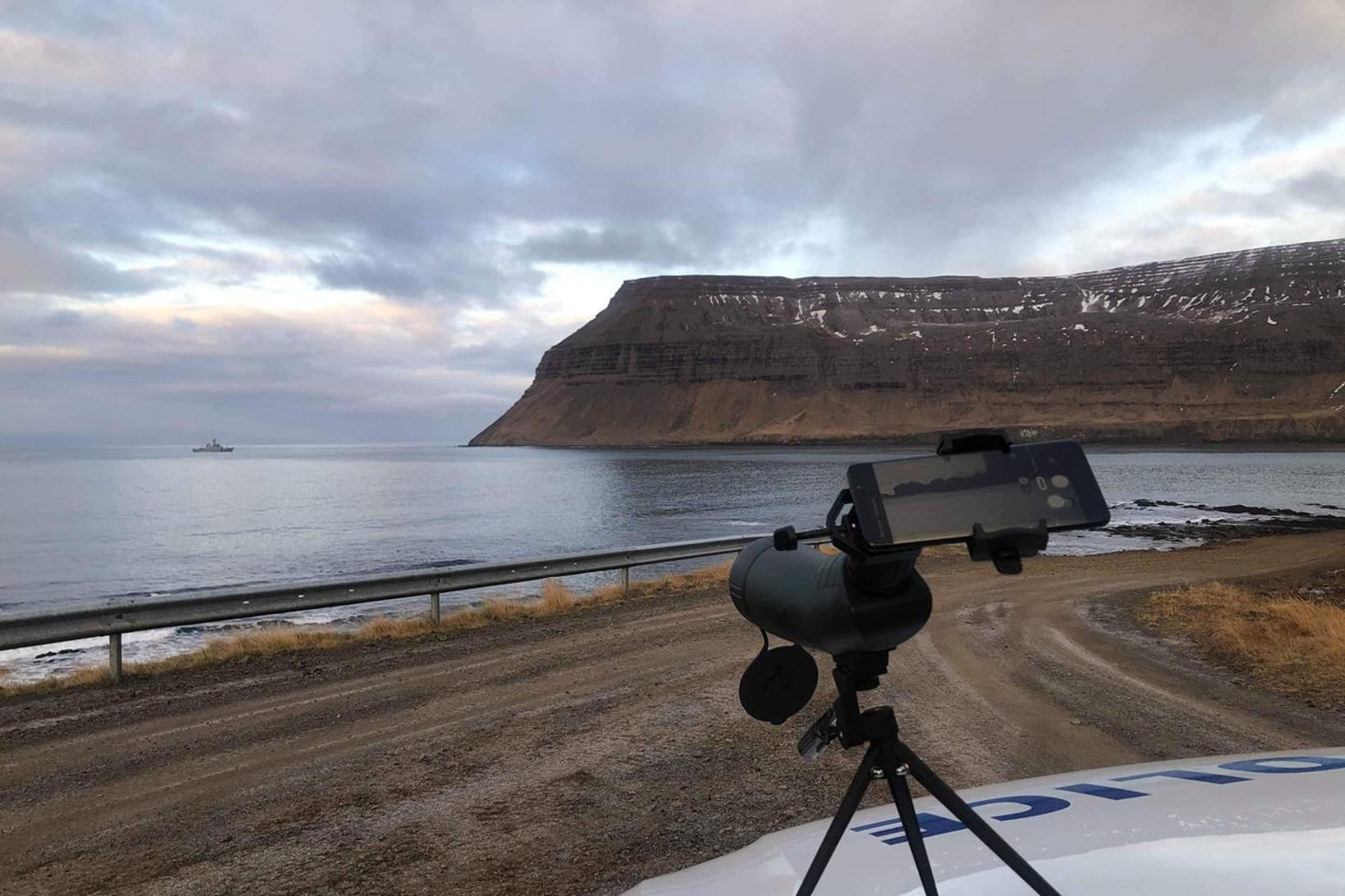 Varðskipið Týr við vinnu á vettvangi.