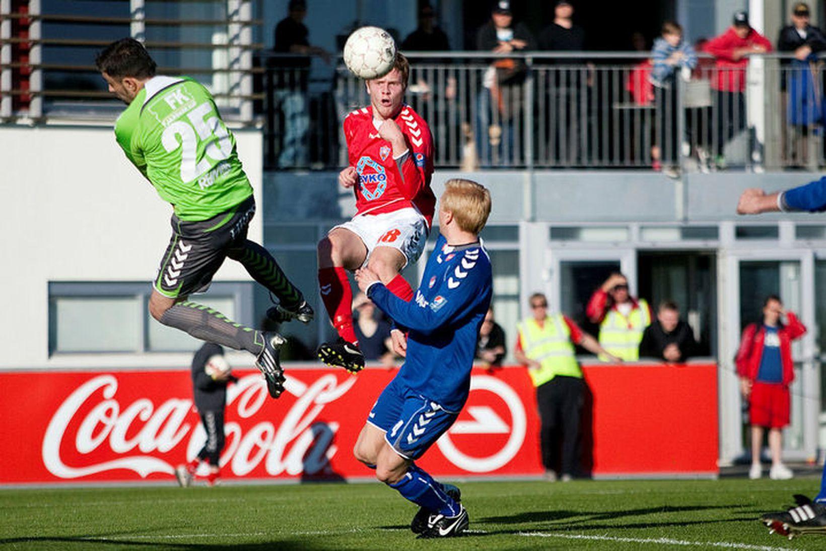 Arnar Þór Geirsson hoppar upp í skallabolta í leik Vals …