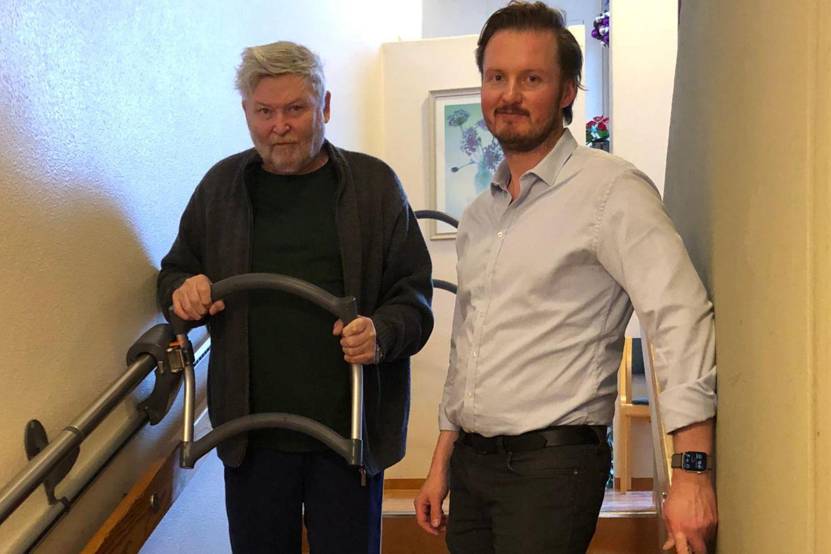 Bragi Kristinsson, íbúi á Norðurbrún 1, prófar stigahjálpina undir handleiðslu …