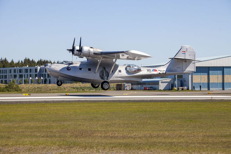 The Catalina flying boat, landing at Reykjavík Airport yesterday.
