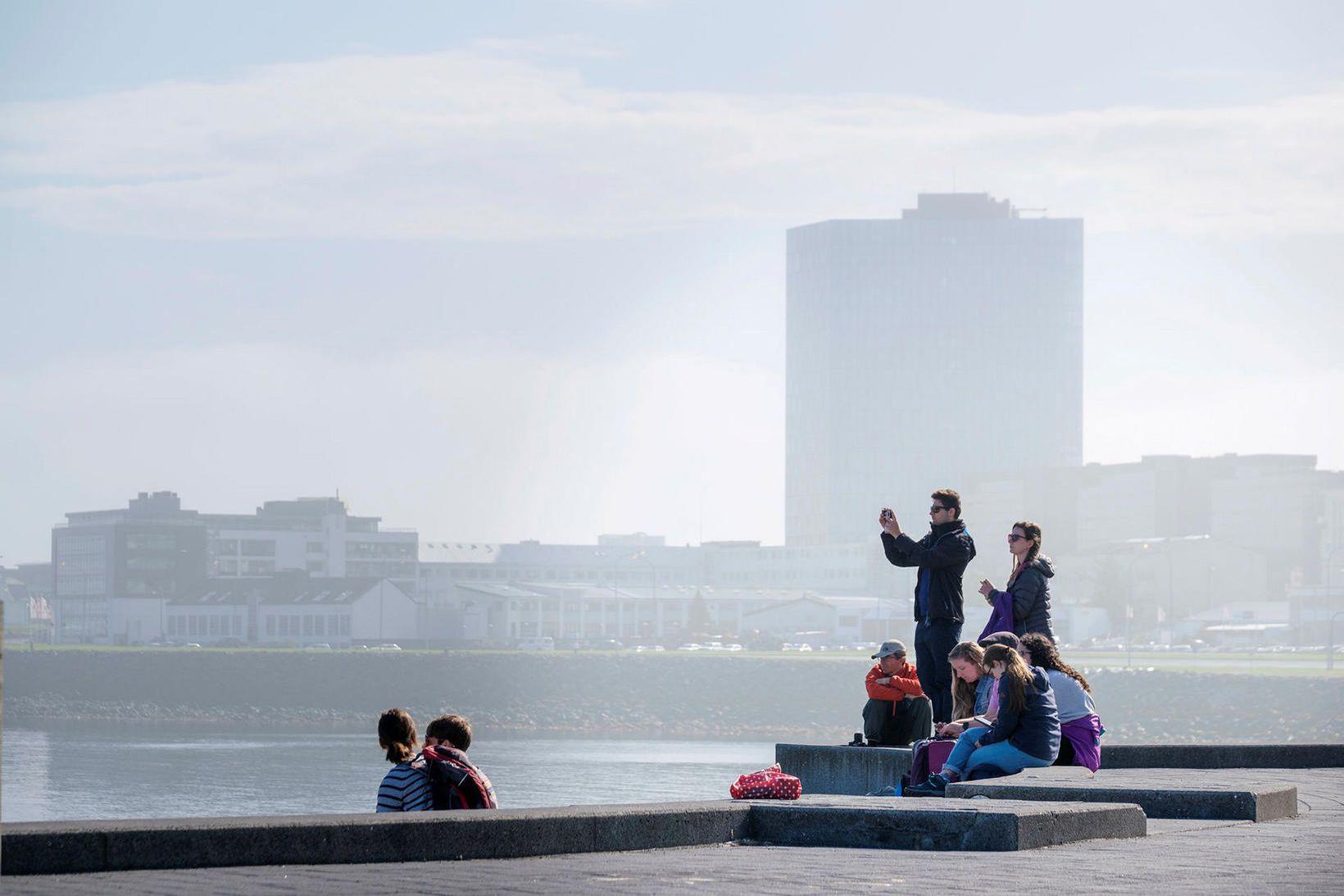 Borið saman við 9.200 gistinætur í apríl 2020 má ætla …