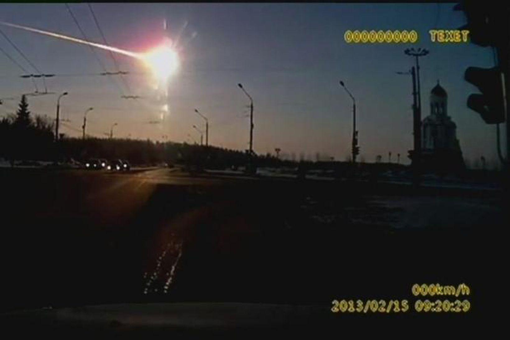 Loftsteinn springur í grennd við Chelyabinsk borg í Rússlandi í …