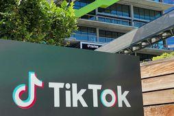Skilti með lógói TikTok fyrir utan skrifstofu fyrirtækisins í Los Angeles.