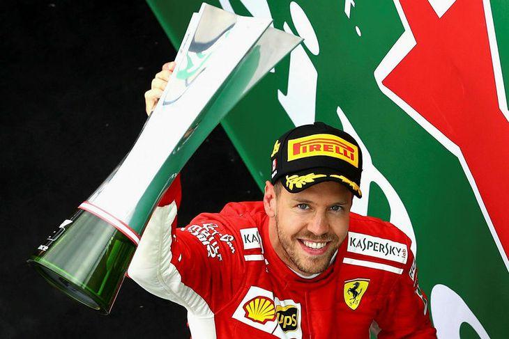 Sebastian Vettel hampar sigurlaunum í Montreal í kvöld.