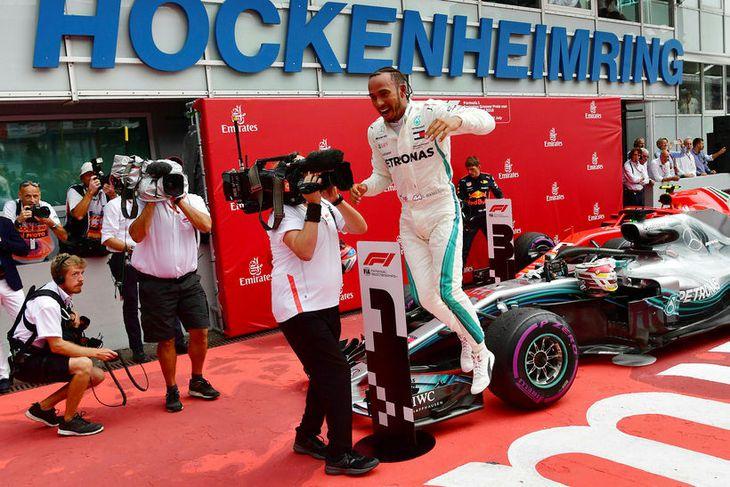 Lewis Hamilton fagnar sigrinum einstaka í Hockenheim.
