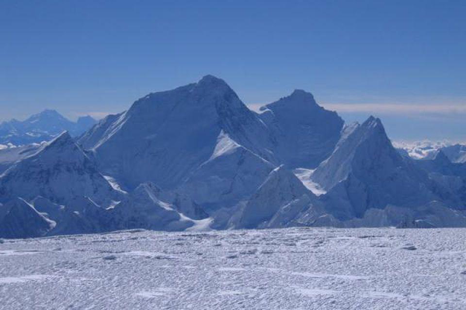 Hér getur að líta tind Everest eins og hann blasir við af fjallinu Cho Oyu, …