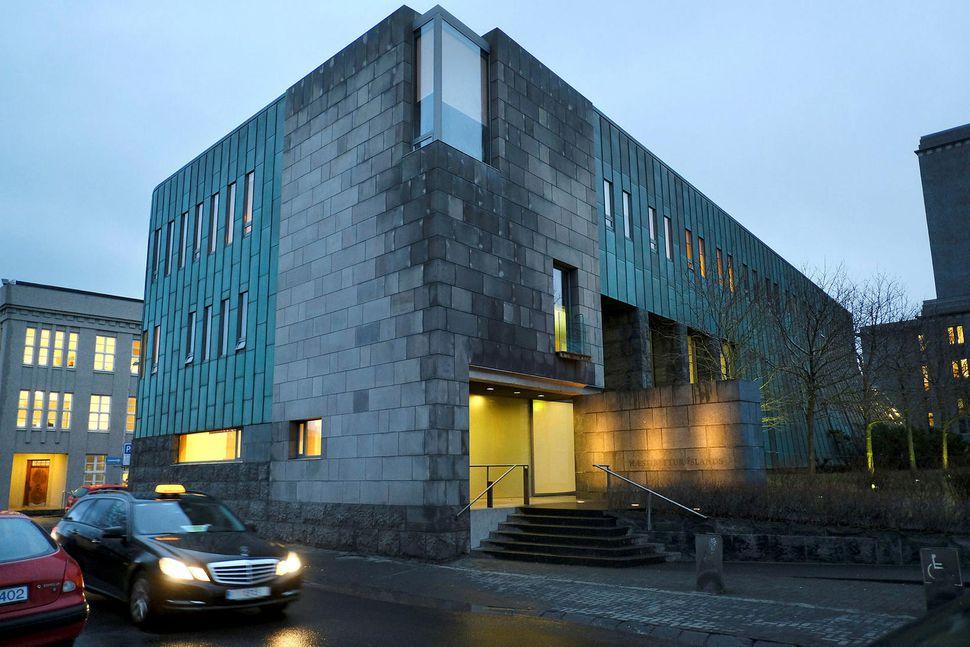 Sjaldgæft er að Hæstiréttur taki til meðferðar sakamál eftir að ...