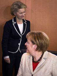 Ursula von der Leyen, varnamálaráðherra Þýskalands, og Angela Merkel kanslari á stjórnarfundi 24. september. Von ...
