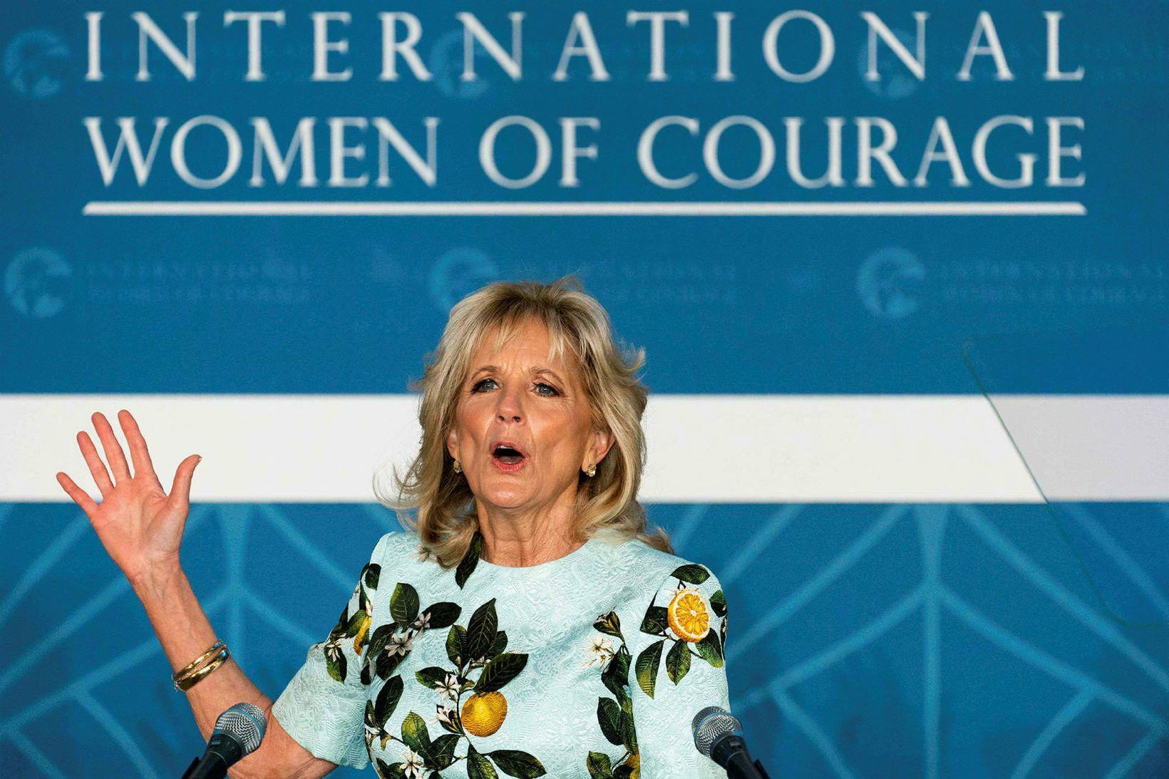 Jill Biden í sumarlegum kjól sem svipar til kjól í …