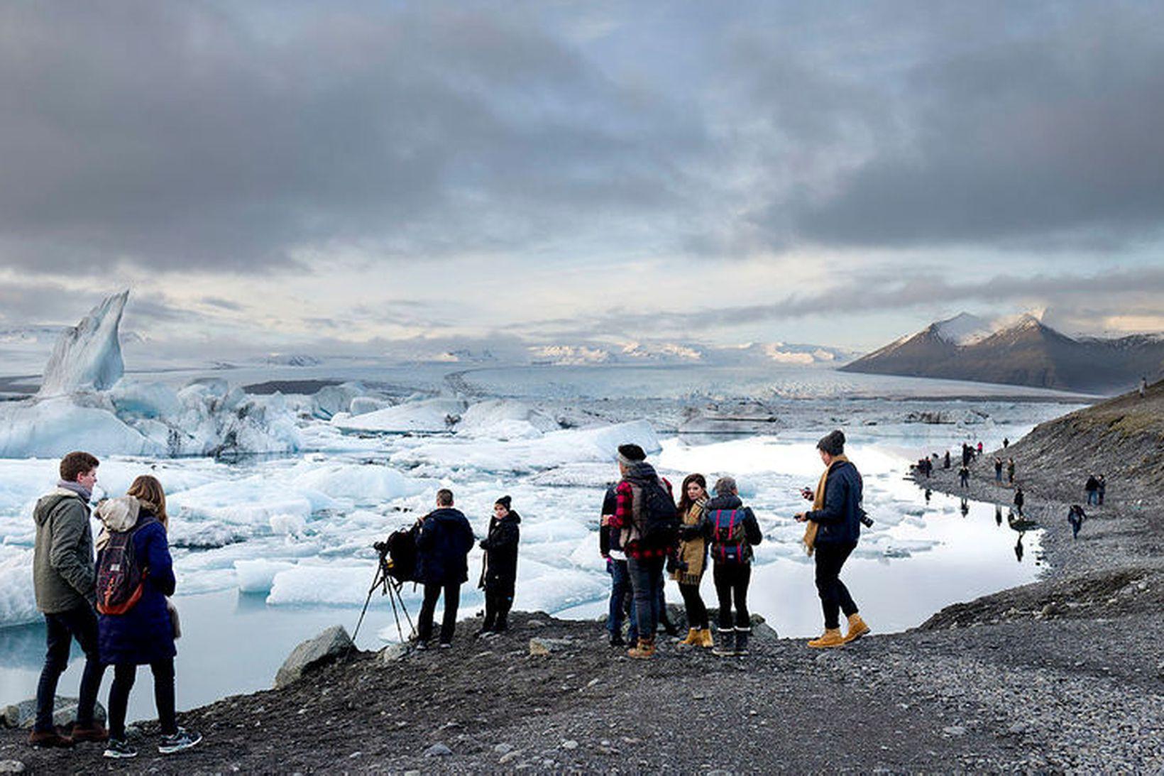 Ferðamenn við Jökulsárlón að vetrarlagi. Í febrúar í fyrra heimsóttu …