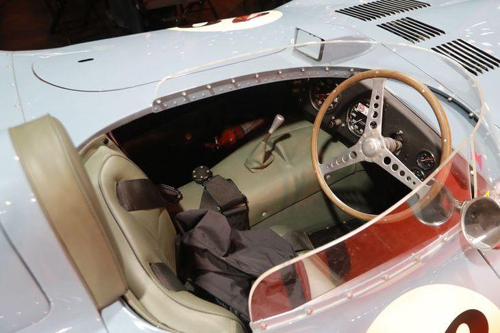 Stjórnklefa þennan úr Jaguar D Type frá 1954 má kíkja ofan í á fornbílasýningunni í ...