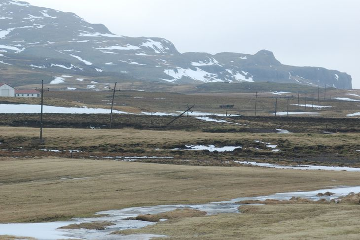 Tveir rafmagnsstaurar brotnuðu við Mófellsstaðakot í Skorradal.
