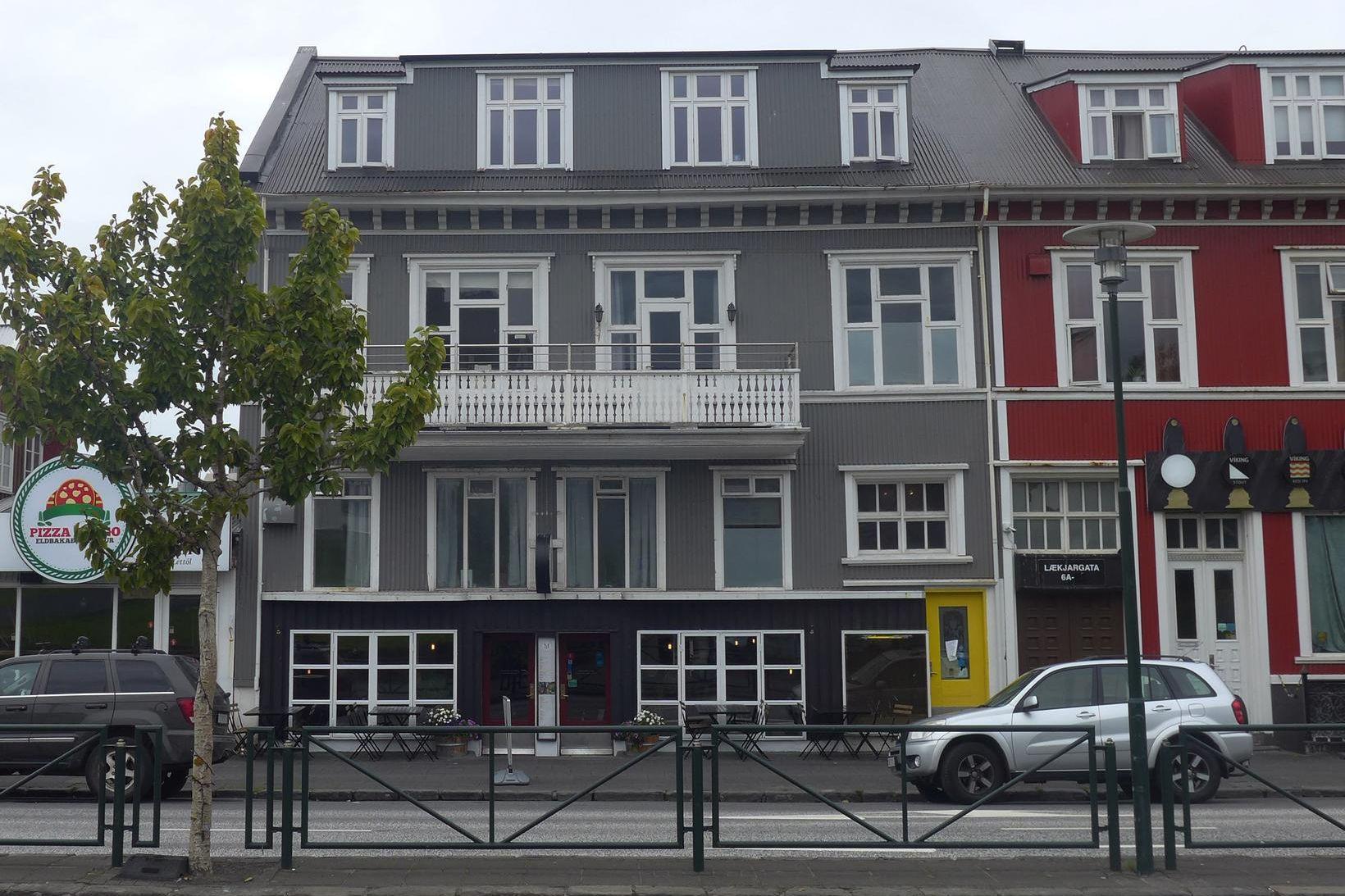 Centric guesthouse varð Sticky Artments, sem sé listaíbúðir á vegum …