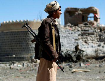 Ungur Jemeni horfir á rústir eftir loftárásir hernaðarbandalags Sádi-Arabíu í höfuðborginni Sanaa.