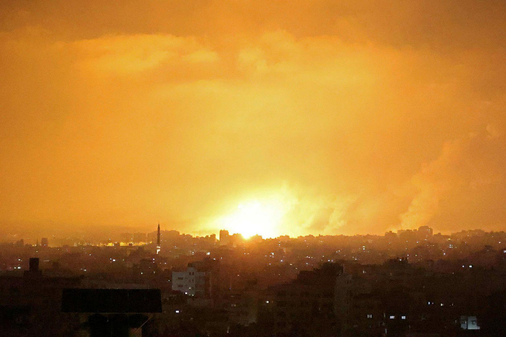 Sprenging á Gaza-svæðinu lýsir upp himininn.