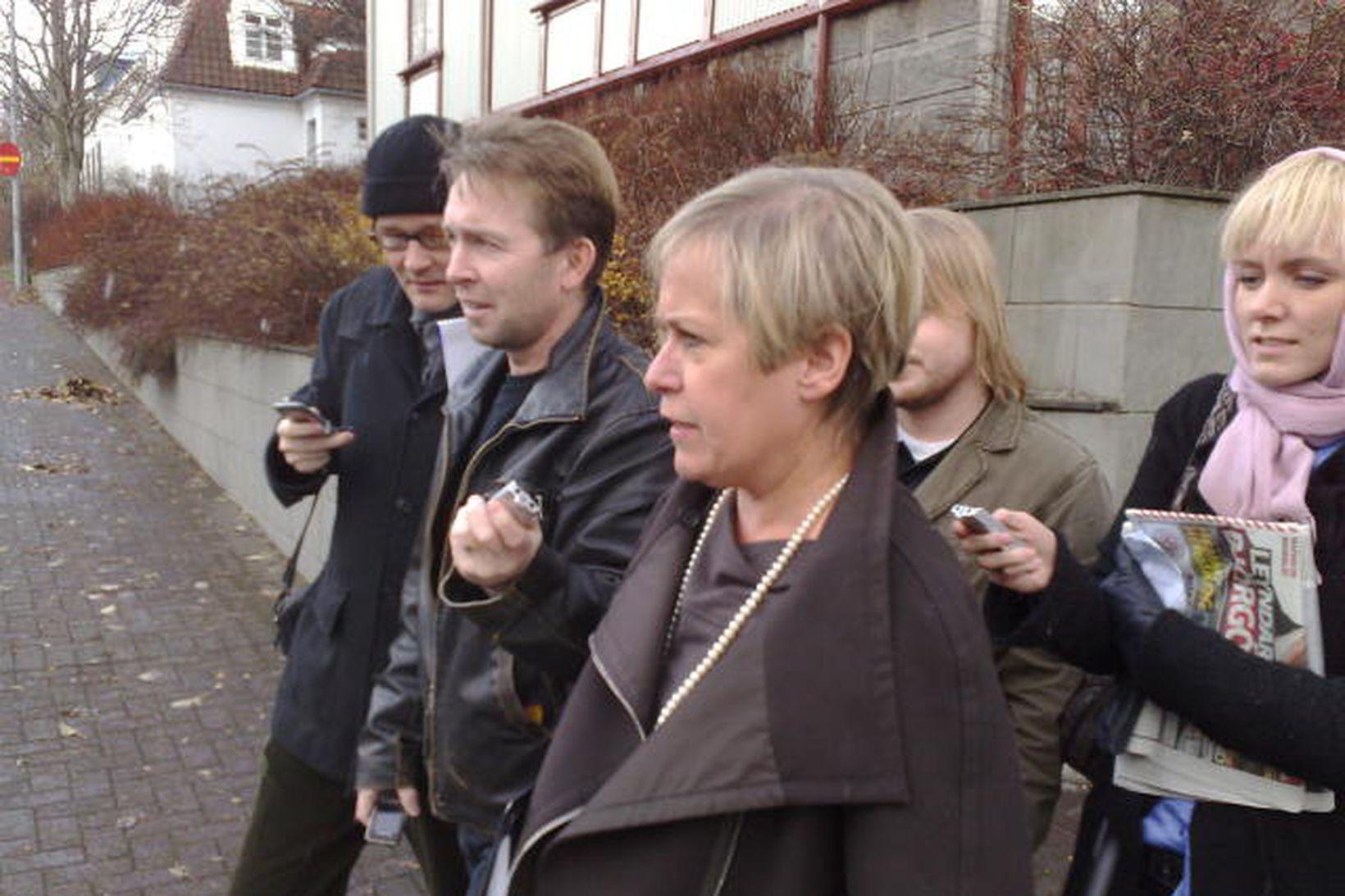 Ingibjörg Sólrún Gísladóttir utan við Ráðherrabústaðinn í dag.