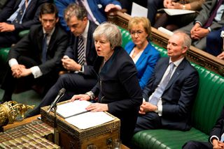 Theresa May, forsætisráðherra Bretlands, ræðir við breska þingmenn í dag.
