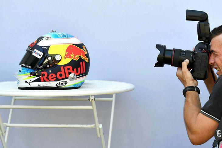 Hjálmur Daniels Ricciardo hjá Red Bull myndaður í bak og fyrir.