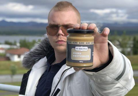 Herra Hnetusmjör með hnetusmjörið sitt sem kom í búðir á síðasta ári.