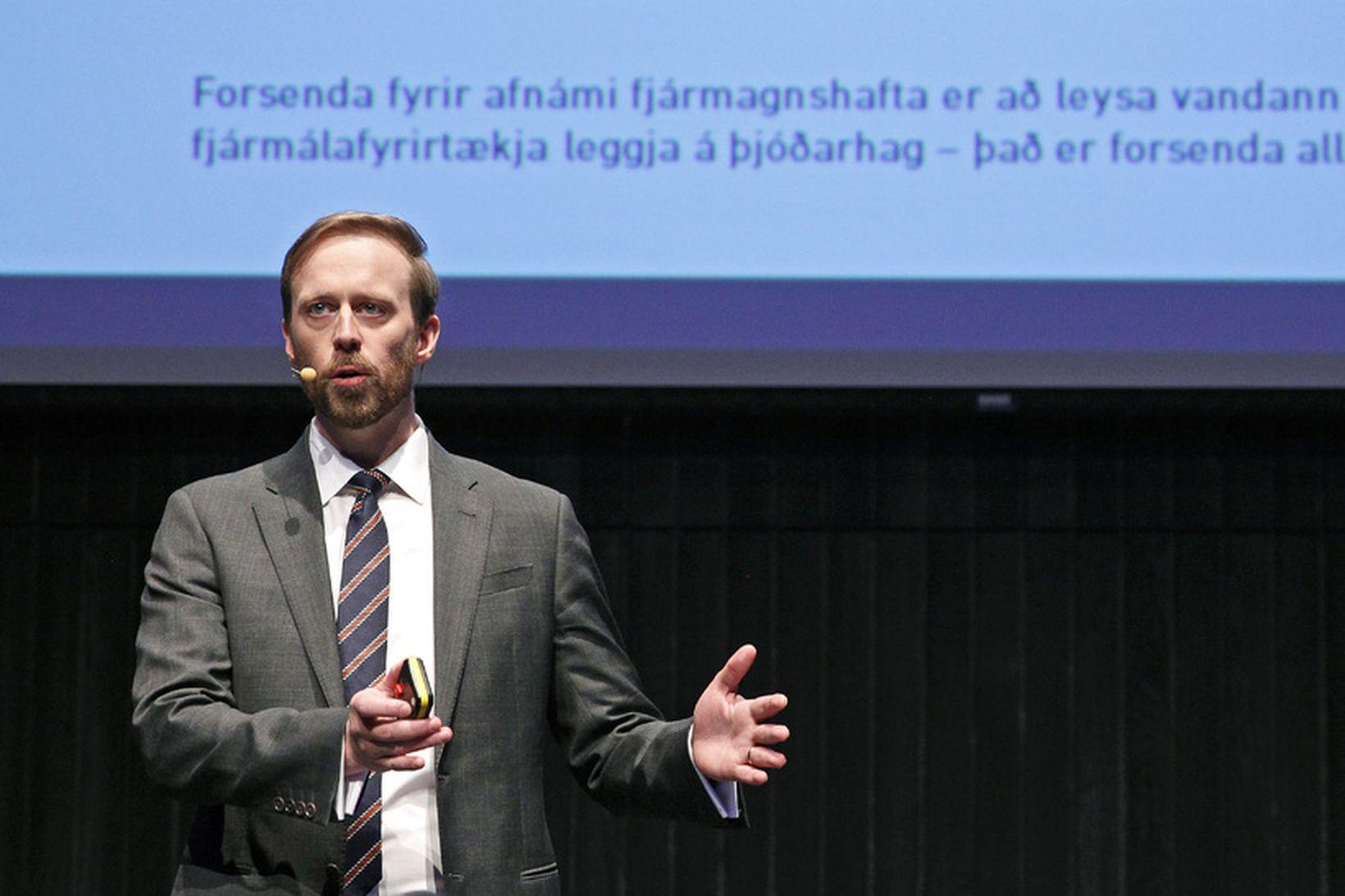 Sigurður Hannesson á fundi í Hörpu í júní 2015 þar …