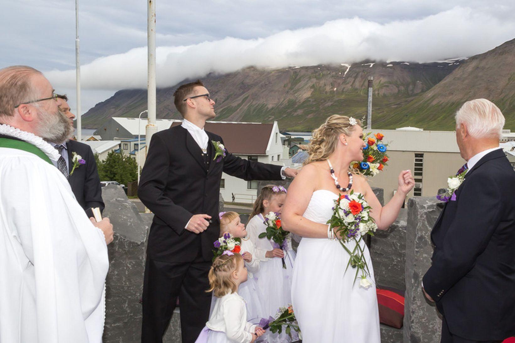 Svo fór að brúðurin greip hringana.