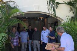 George W. Bush, fyrrverandi forseti Bandaríkjanna, kemur færandi hendi til starfsmanna leyniþjónustunnar með pizzur í …