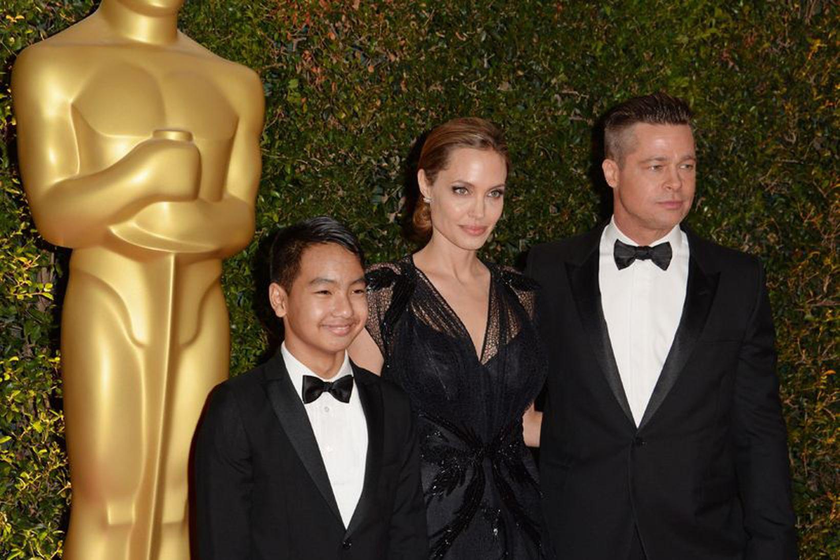 Angelina Jolie, Maddox Jolie-Pitt og Brad Pitt árið 2003.