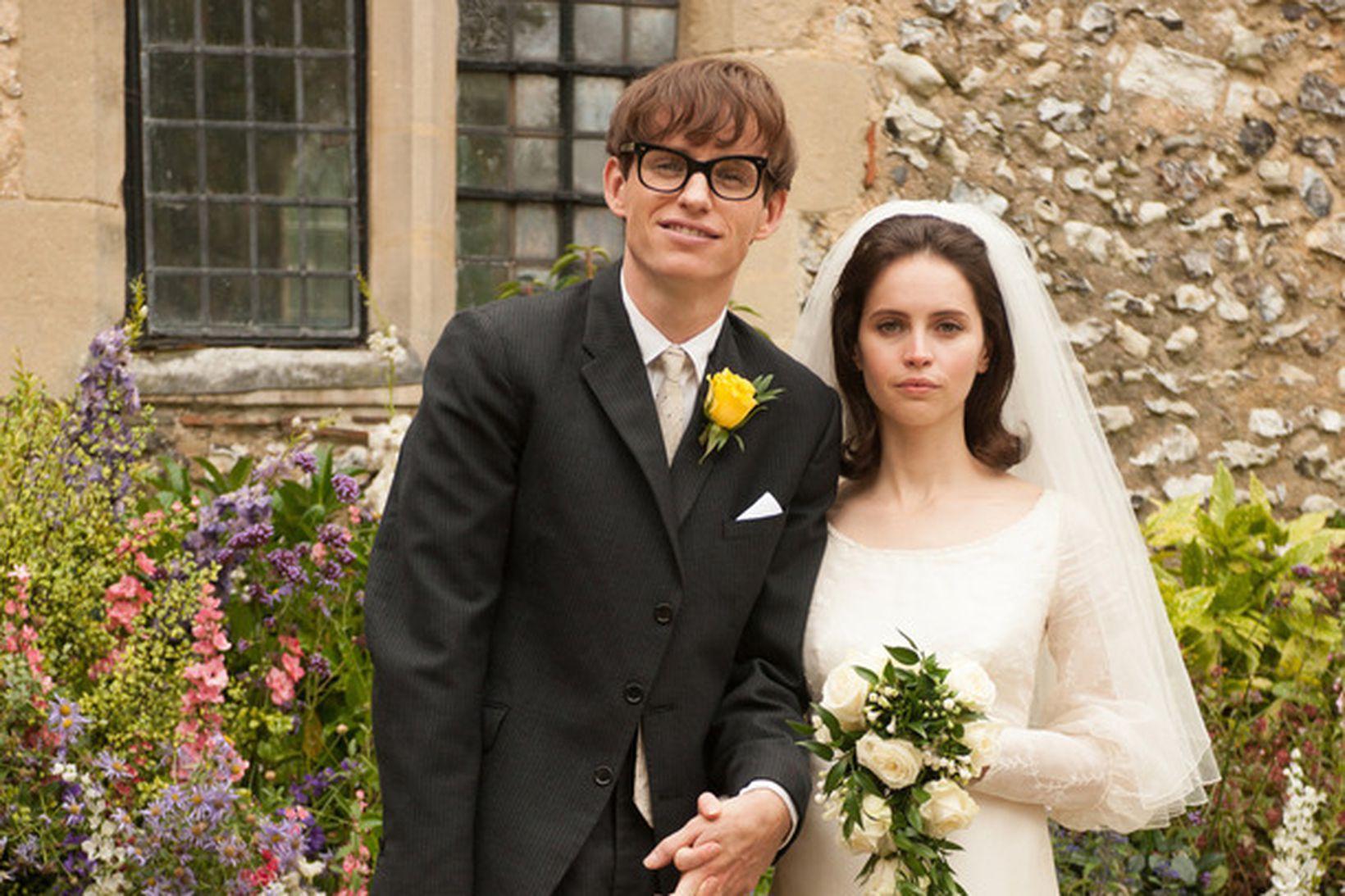 Eddie Redmayne í hlutverki Stephen Hawking og Felicity Jones í …