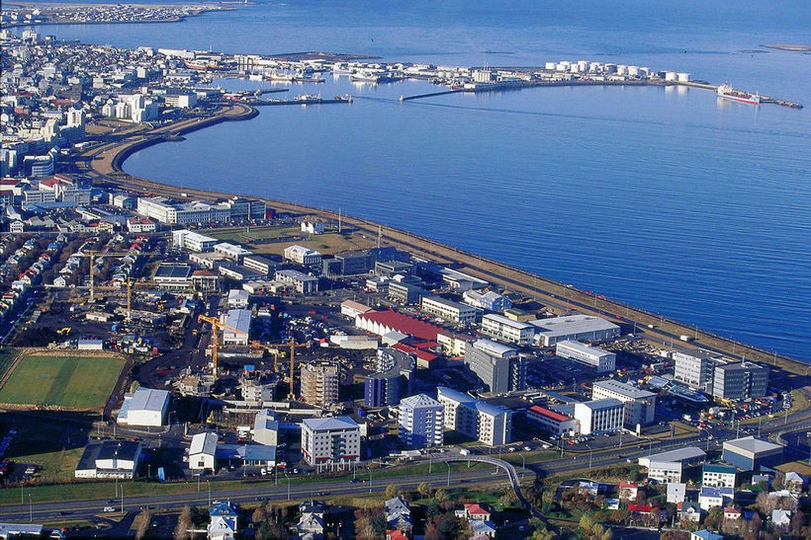 Á Sæbraut eru engar málaðar línur sem skilja akreinarnar að.