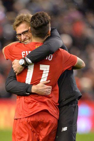 Jürgen Klopp faðmar Roberto Firmino eftir sigurinn á Stoke í ...