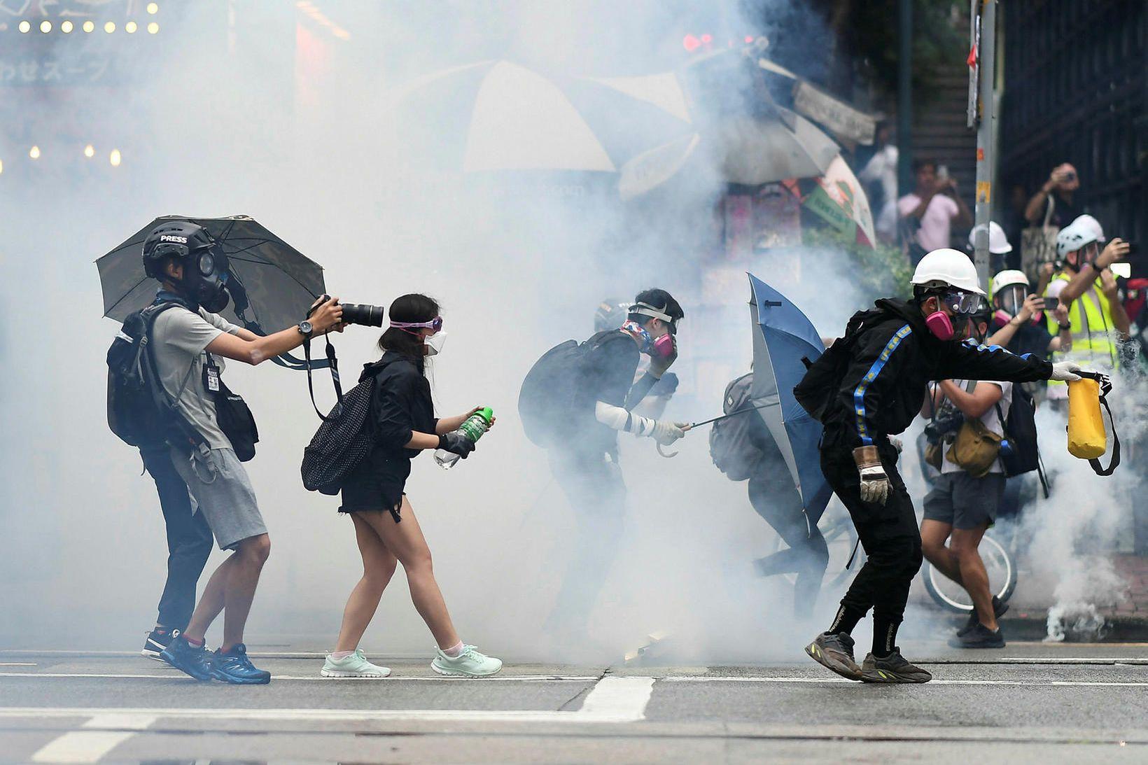 Lögreglan í Hong Kong beitti táragasi gegn grímuklæddum mótmælendum í …