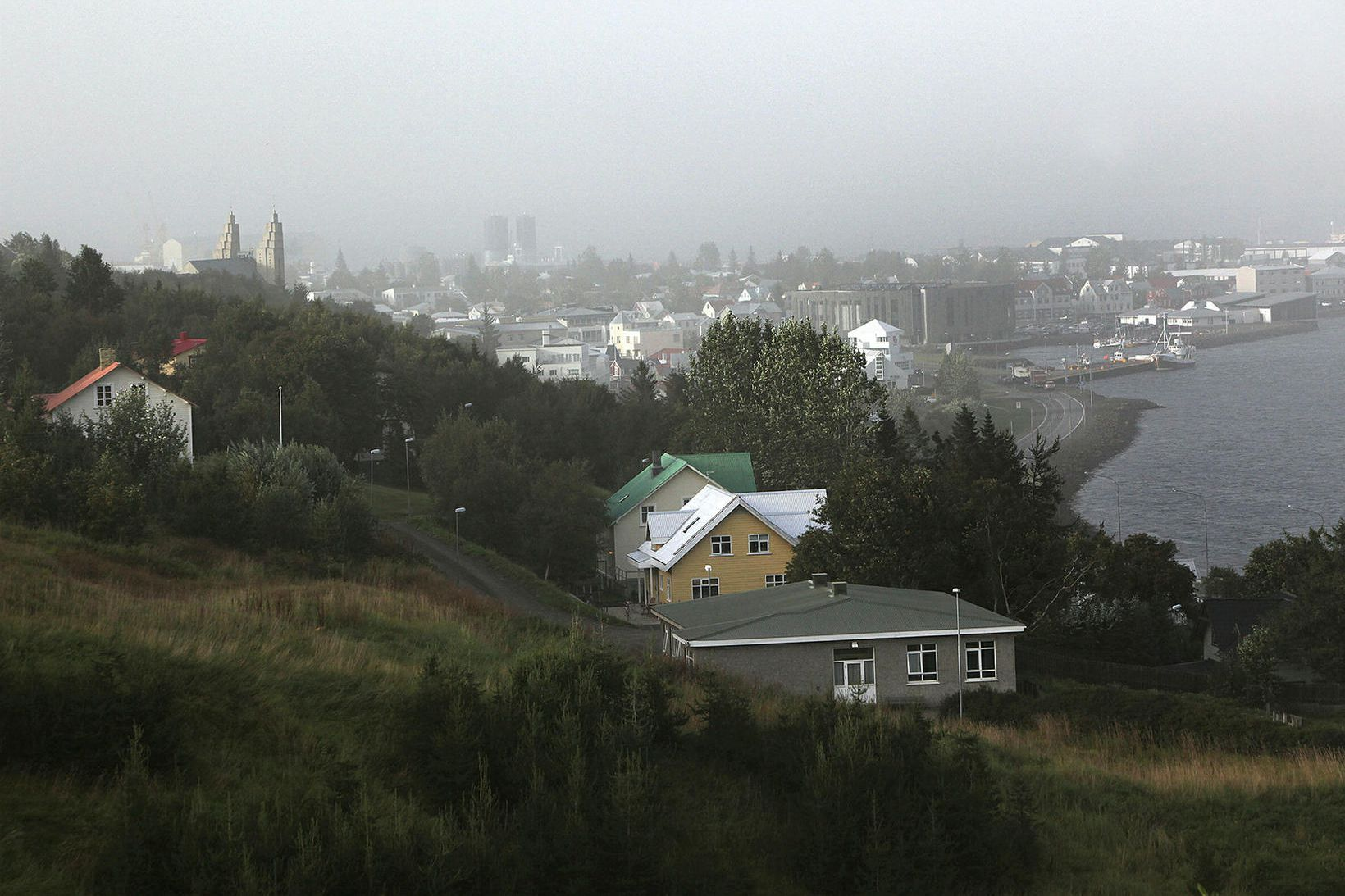 Fjölmargir bústaðir eru í Vaðlaheiðinni gegnt Akureyri. Þessi mynd er …