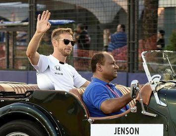 Jenson Button á heiðurshring fyrir kappaksturinn í Singapúr.