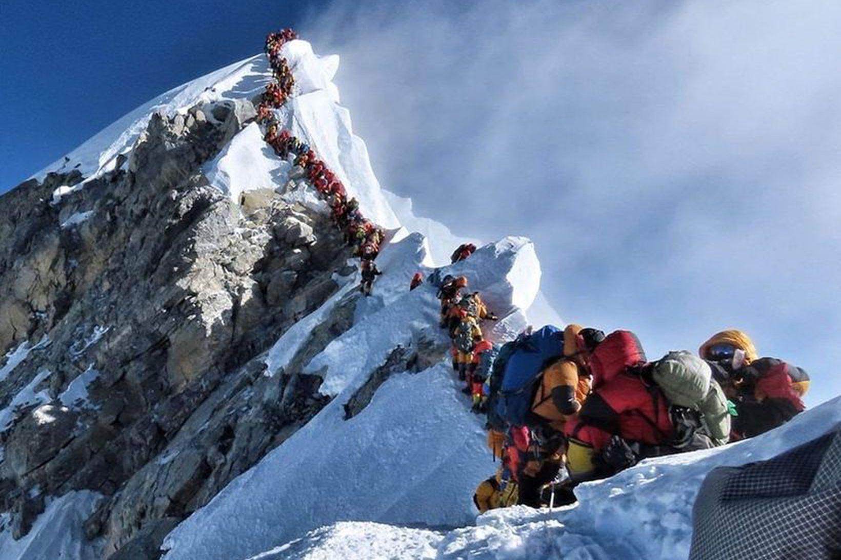 Mikill fjöldi fjallgöngufólks reynir að ná á tind Everest þessa …