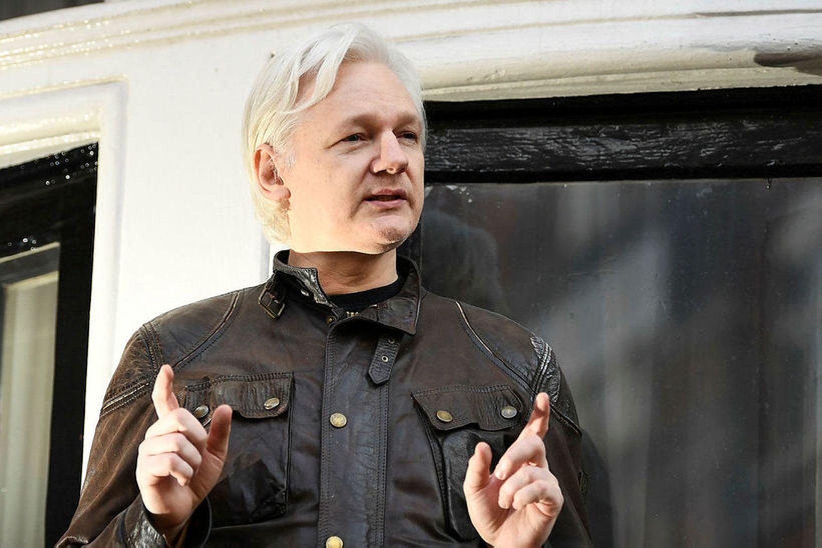 Julian Assange, stofnandi WikiLeaks, sést hér á svölum sendiráðs Ekvadors …