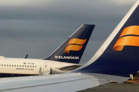 Bréf Icelandair lækkuðu í fyrstu viðskiptum í Kauphöllinni í dag.