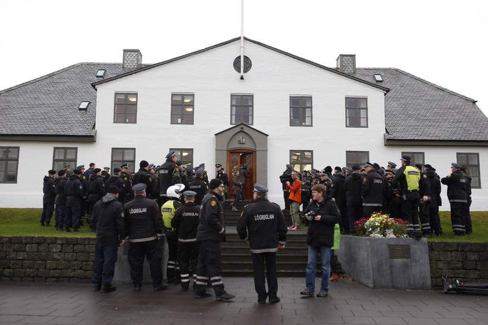 Mikill fjöldi var saman kominn við Stjórnarráðið.