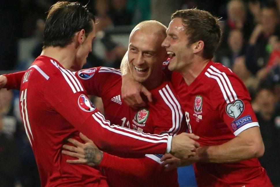 David Cotterill, fyrir miðju, fagnar ásamt Gareth Bale eftir að ...