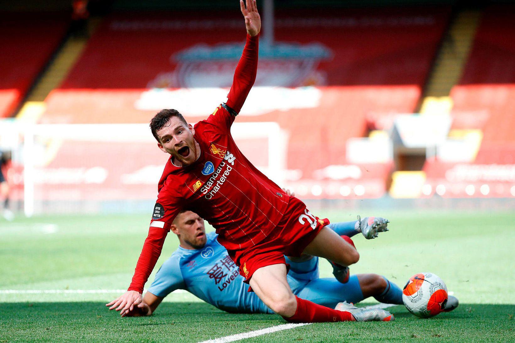 Jóhann Berg Guðmundsson í baráttunni við Andy Robertson á Anfield …