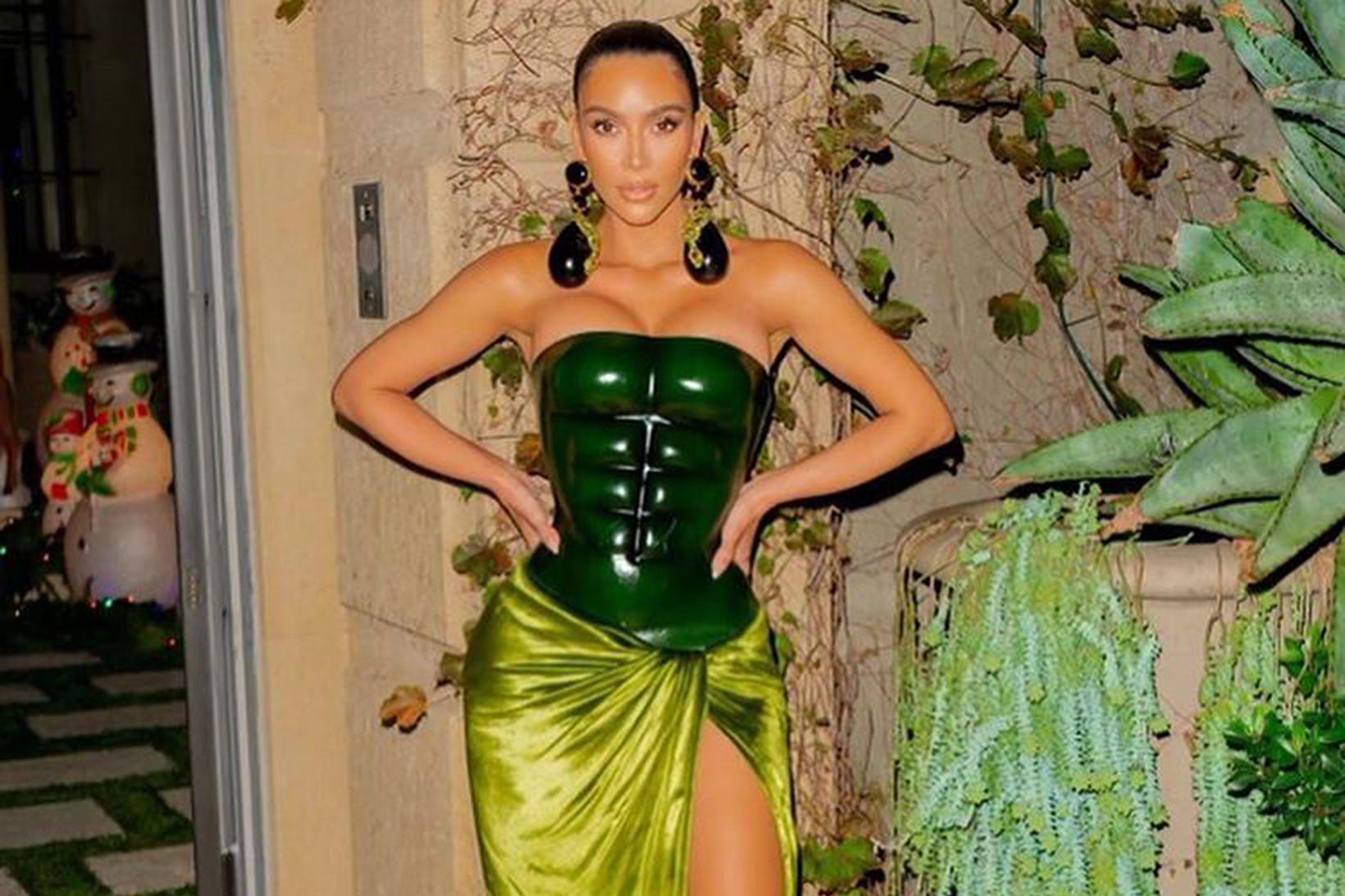 Kim Kardashian West í jólakjólnum.