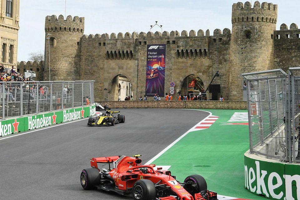 Carlos Sainz fylgir hér Kimi Räikkönen í kappakstrinum í Bakú.