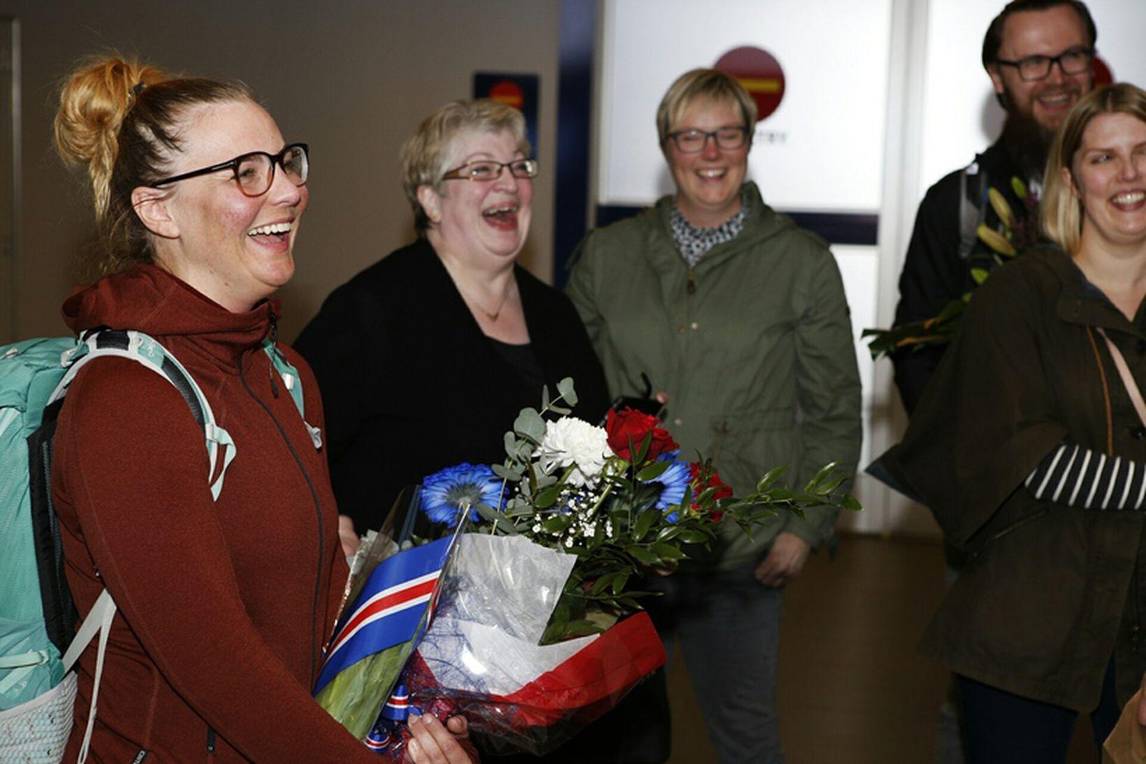 Vilborg Arna ásamt móður sinni og vinum við komuna heim …