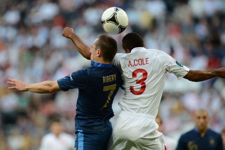 Ribery í skallaeinvígi við Ashley Cole.