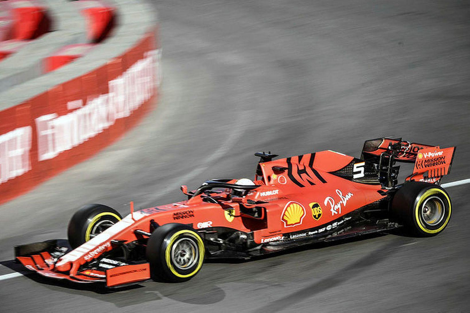 Sebastian Vettel á Ferrarifáknum í Bakú.