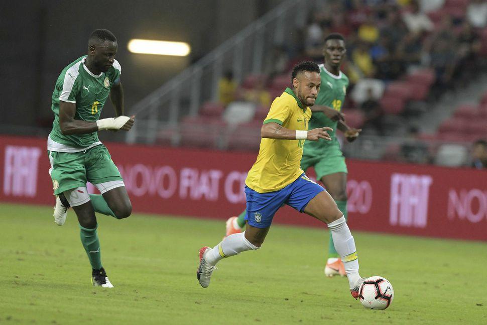 Neymar með boltann í leiknum gegn Senegal í dag.