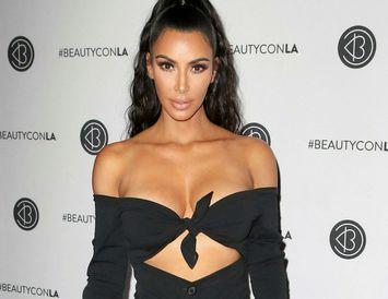 Kim Kardashian West setti línu sína KKW Kimoji í sölu í gær.