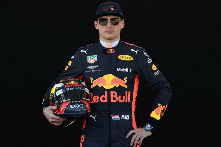 Max Verstappen hjá Red Bull með hjálm sinn í Melbourne.