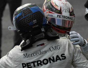 Lewis Hamilton (t.h.) fagnar árangri í tímatökunni í Búdapest með liðsfélaga sínum, Valtteri Bottas.
