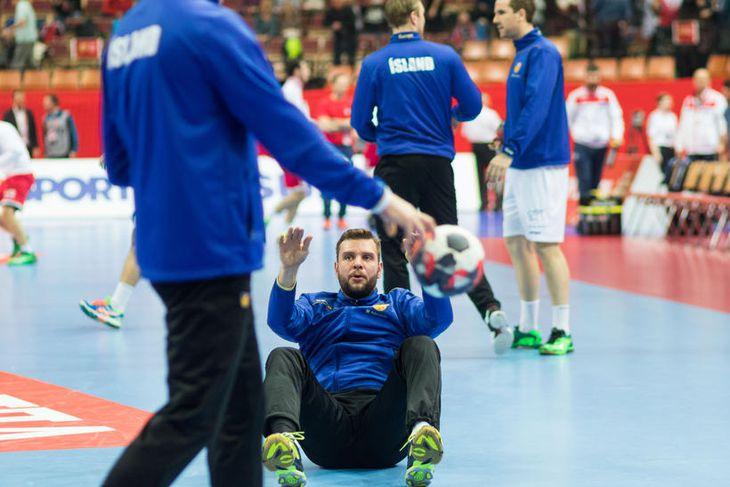 Róbert Gunnarsson hitar upp fyrir leikinn í kvöld.