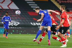 Jonny Evans jafnar metin fyrir Leicester í síðari hálfleik.